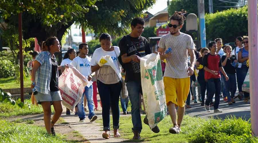 Estudiantes de la UNIAG limpiando calles durante la marcha en Rivas