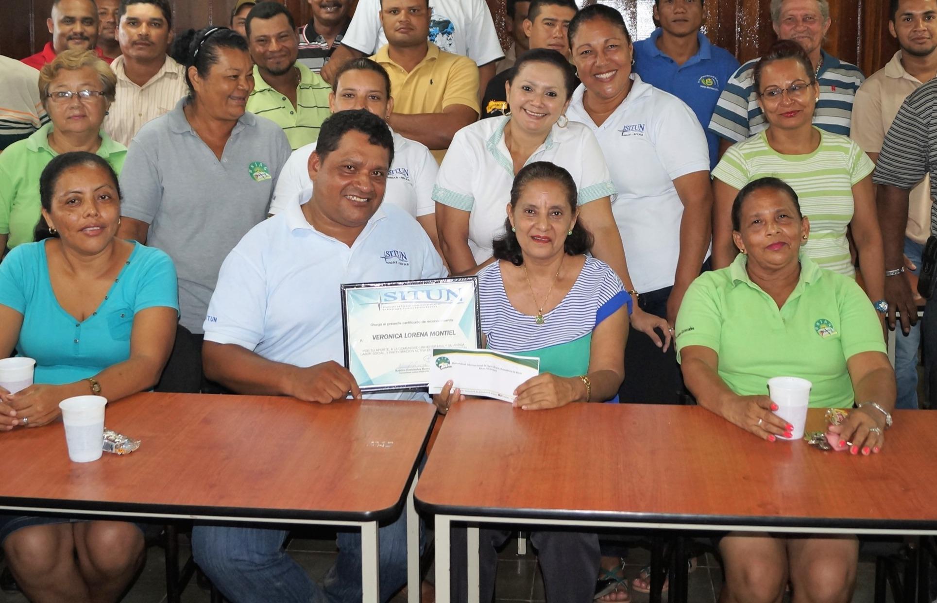 Con miembros del sindicato de trabadores administrativos. A su lado Ramiro Hernandez.