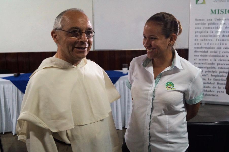 El maestro comparte con Gabriela, responsable de Tesorería